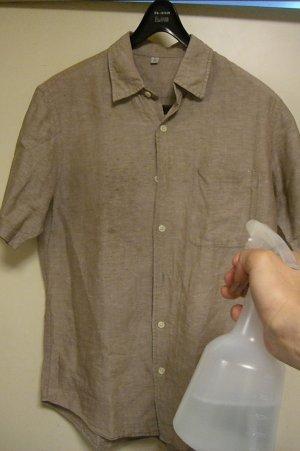 霧吹きで、除菌・抗菌・消臭剤「銀さん銅さん」を噴霧して小シワを取る。 おまけに除菌消臭し臭いも消し去ります。