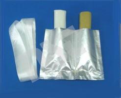袋を切断した様子。 付属のガラス繊維とともに。 主剤と硬化剤から成ります。豊栄